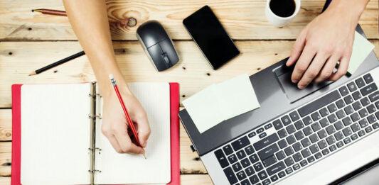Como trabalhar em casa? Aprenda a trabalhar por conta própria, desenvolvendo atitudes que facilitam o seu dia a dia e aumentando a sua produtividade. Conheça os principais segredos para desenvolver um bom ambiente de trabalho em home office.
