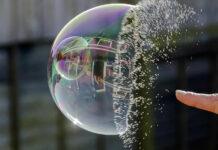 Veja neste artigo o que poderia provocar o estouro da bolha especulativa das Bitcoins e quais seria as reais consequências desse processo. Seria a valorização atual apenas uma bolha ou o preço da Bitcoin ainda tem muito caminho para cima?